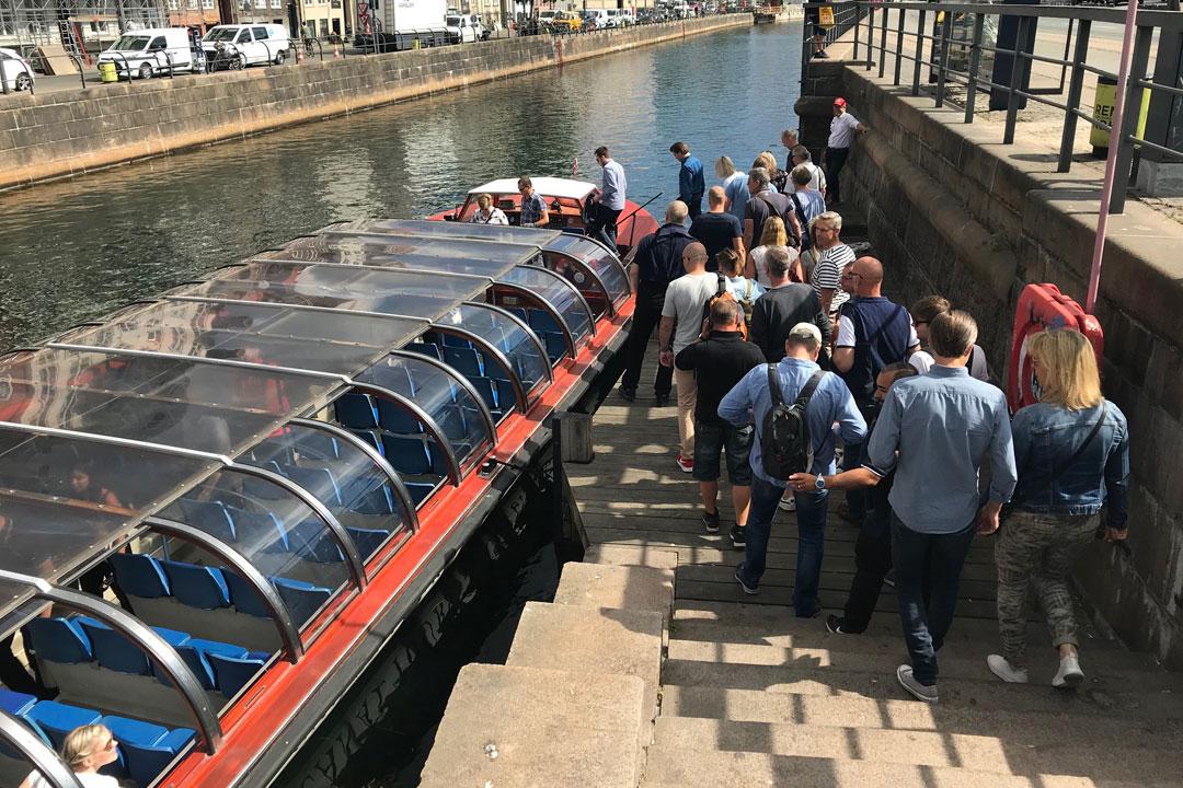 Grupp åker båttur i Köpenhamn på kanalerna.